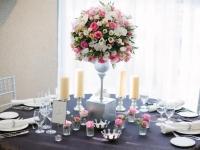 a_ezust_pink_magas_asztaldisz_korasztalra_orchidea_rozsa_eustoma_debreceni_eskuvo_divinus_hotel