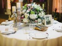 e_vintage_asztali_dekoracio_viragokkal_gyertyakkal_fenykeppel_hortenzia_rozsa_liziantusz_tarcali_eskuvo