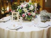 f_vintage_asztali_dekoracio_viragokkal_gyertyakkal_hortenzia_rozsa_tarcali_eskuvo